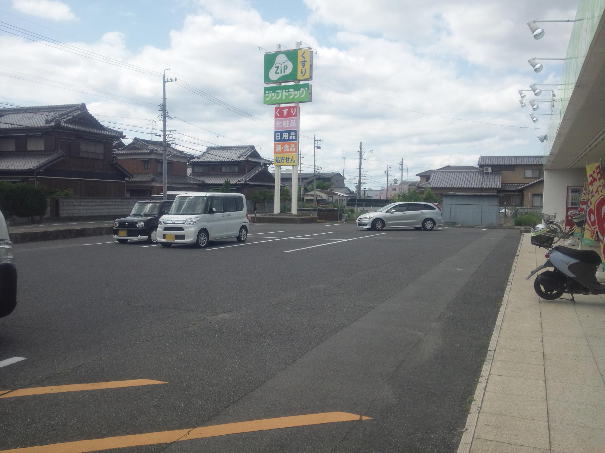 ジップドラッグ白子薬局の駐車場