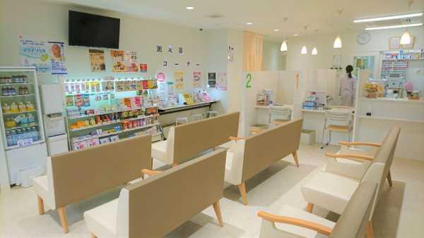ユニバーサル薬局千里山店の待合室2